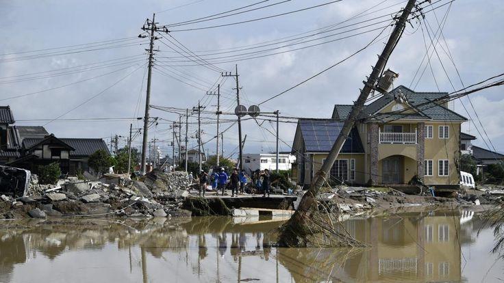 Overstromingen hebben in Japan een enorme ravage aangericht. Meer dan honderdduizend mensen zijn op de vlucht geslagen voor het hoge water, dat soms zelfs huizen meevoerde.
