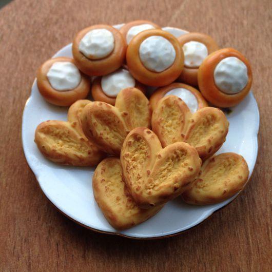 Miniature polymer clay food for doll / Куклы и игрушки ручной работы. Ярмарка Мастеров - ручная работа. Купить Миниатюрная еда Плюшки, ватрушки и вафлюшки в масштабе 1:6. Handmade.