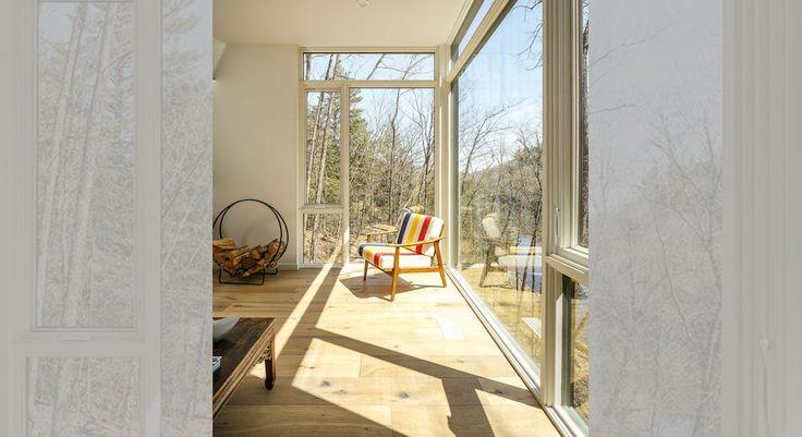 บริเวณชั้นบนของบ้าน เป็นส่วนของห้องนั่งเล่นที่สามารถมองออกไปรอบๆผ่านกระจกบานใหญ่ครับ จะเอาไว้นั่งผิงแดดอุ่นๆในยามเช้าก็ได้เช่นกัน