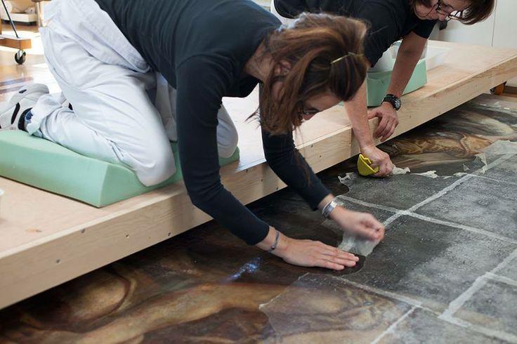 Cuando se plantea un trabajo de restauración en un lienzo de grandes dimensiones se presentan una serie de retos técnicos que no son los habituales y que requieren un perfecto conocimiento y a...