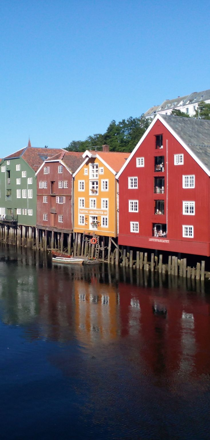 Houses on stilts full of colors trondheim norway maisons sur pilotis pleines de