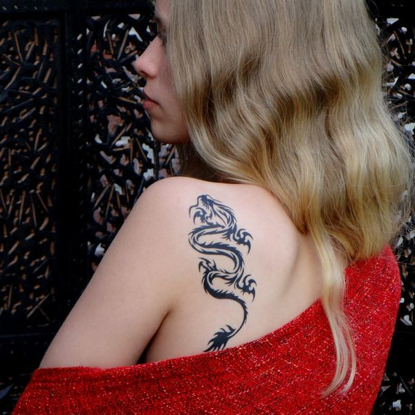Tatouage Dragon japonais sur l'omoplate