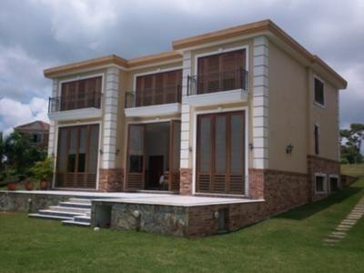 Amplia y moderna casa ubicada en Ruitoque Condominio en el conjunto Mirador con espectacular vista a la ciudad. 4 alcobas mas alcoba del servicio, 3 niveles,