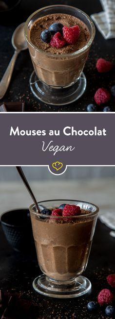 Seidentofu ersetzt Sahne und Eier gleichermaßen gut. Dunkle Schokolade und ein Schuss Rum dazu - fertig ist dein veganes Mousse au Chocolat.