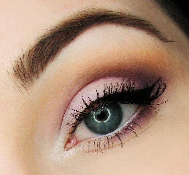 maquillage yeux bleus avec mascara noir et fards à paupières en violet pâle et marron