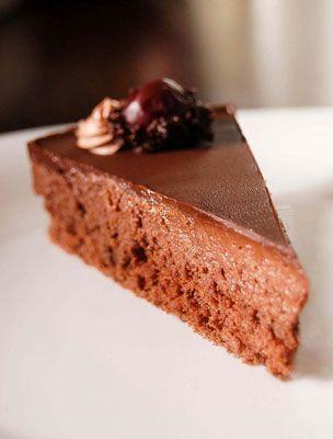 A lúdláb torta igazi klasszikus, ha nem vagy oda a vajas krémekért, akkor íme, egy habkönnyű, de annál csokisabb változat.