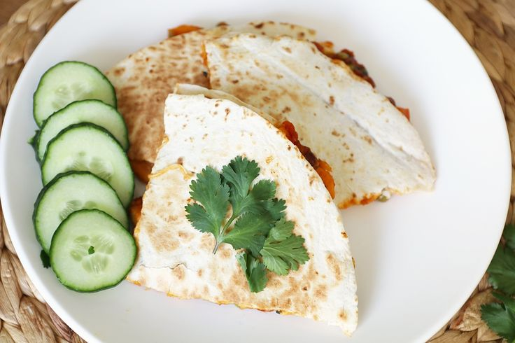 Vandaag dan ein-de-lijk mijn recept voor quesadilla's. Daar is enorm naar gevraagd sinds mijn laatste 'Wat hebben we gegeten deze week?'. Quesadilla's zijn het ultieme comfortfood voor mij. Maar in tegenstelling tot wat je nu misschien denkt zijn deze quesadilla's nog niet eens zo slecht. Ze zitten bomvol groente en zijn bovendienvegetarisch. Je hebt nodig …