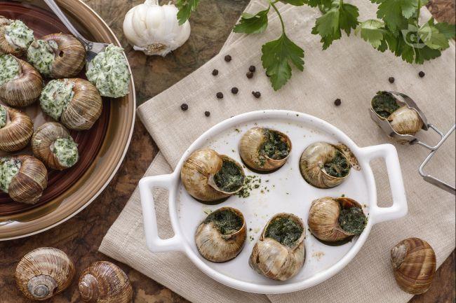 Le escargot à la Bourguignonne sono un vanto della cucina francese più raffinata: lumache di terra insaporite con burro, aglio e prezzemolo!
