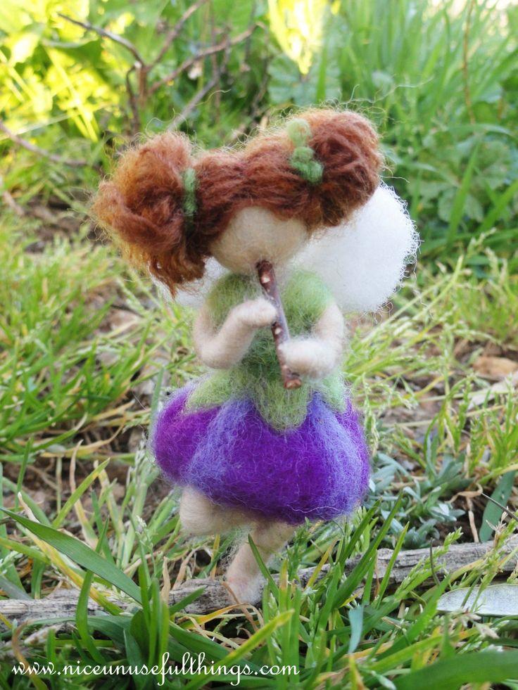 The needle felt flower bud fairy playing a wooden flute. La fatina bocciolo suona il flauto, feltro ad ago.