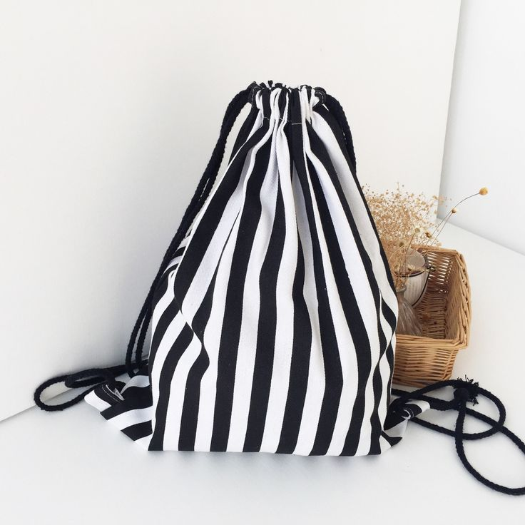 Купить товарНовая Мода Drawstring Сумка Для Хранения Черный и Белые Полосы Слинг Рюкзак женские Сумки в категории Сумки для храненияна AliExpress.  особенности материал: Холстразмер: около34.5*40 смдизайн: Черные и белые полосы partten преимущества1