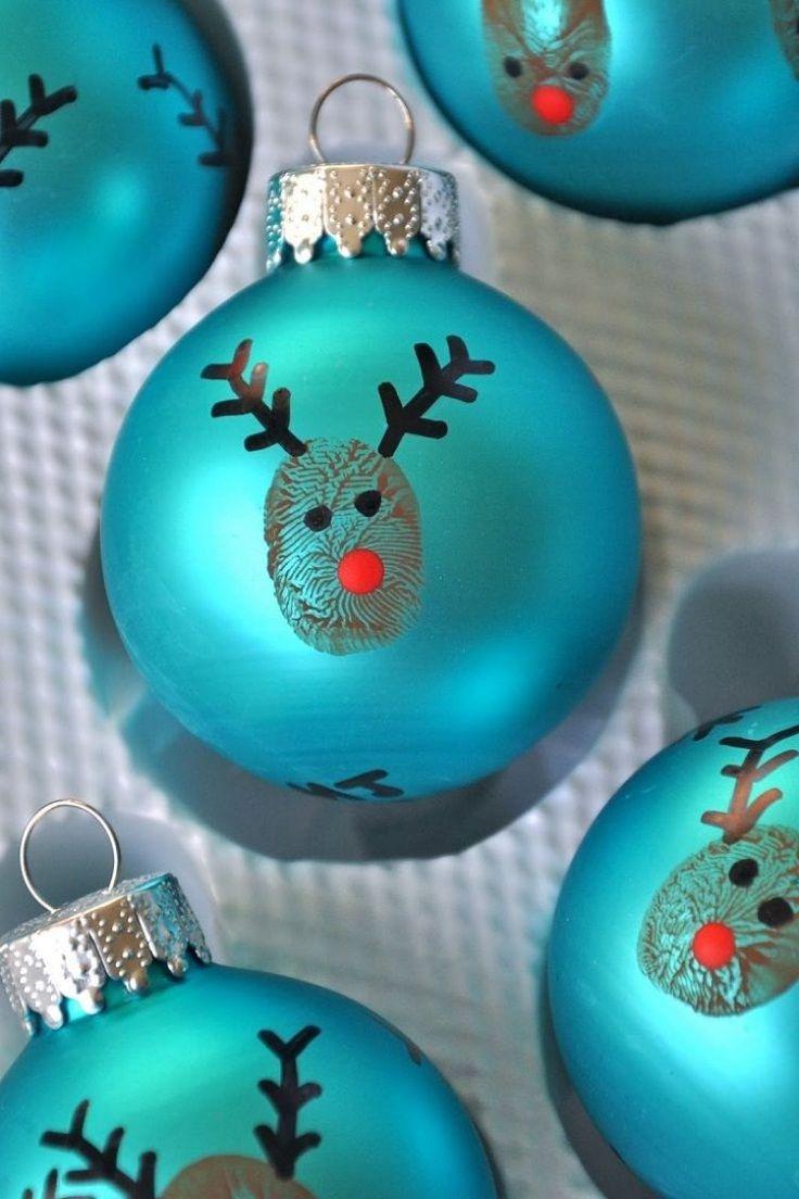 blaue Weihnachtsbaumkugel mit Fingerabdruck dekoriert