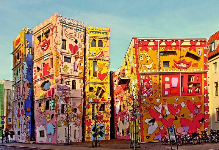 """#Happy Rizzi #House è stata ribattezzata come la casa più #felice del #mondo!  Costruita sulle rovine di un vecchio palazzo ducale e situata in #Germania, è un'autentica esplosione di #colori e simboli, tanto da essere stata simpaticamente soprannonimata """"la casa più felice del mondo""""!   www.meteoweb.eu"""