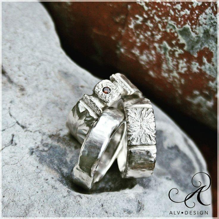 Alv Design inspireras av en vacker rustik miljö samt gångna spännande tidsepoker. På bild: en trio skönheter, handgjorda silverringar med och utan röd diamant. Välkommen att se mer i webbutiken: www.alvdesign.se