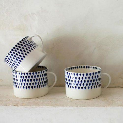 Tasse en céramique blanche motif gouttes Indigo Nkuku