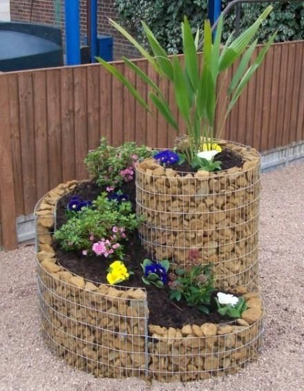 The creative flower pot is made of small stones and iron wires - love it!