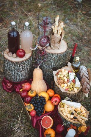 Вместо привычного стола, сырный бар разместился на массивных дубовых пнях.   Домашний компот, сырные палочки и хрустящий хлеб из пекарни добавили особенного уюта и атмосферы!