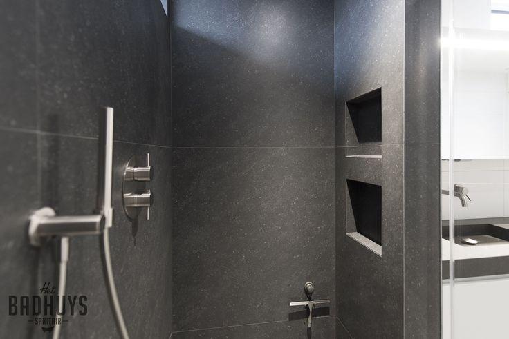 Praktische inloopdouche uitgevoerd in donker grijze tegels | Het Badhuys Breda