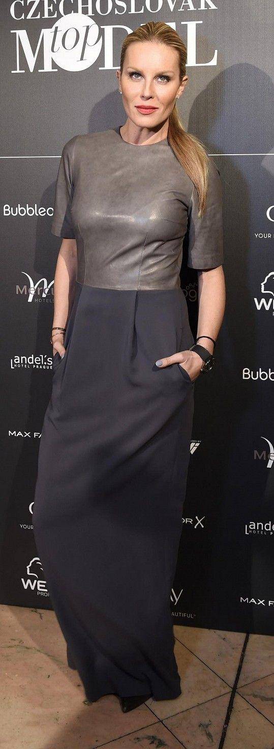 Ředitelka soutěže Simona Krainová oblékla jednu ze svých oblíbených návrhářek Ivanu Mentlovou, která tyto polokožené šaty navrhla do své kolekce Silverline pro Pietro Filipi.