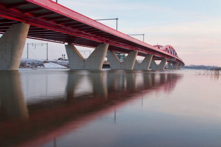 Fotograaf Harold Meerveld maakt foto`s van de meest specaculaire plekjes van #Zwolle waaronder deze mooie foto van de  #Spoorbrug #Architectuur