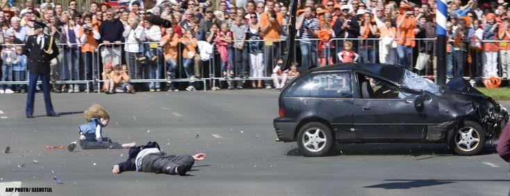Koninginnen  dag eindigde in 2009 in een tragedie. De aanslag kostte 6 mensen, waaronder de dader, het leven.Een onverwacht einde, van een dag die zo leuk begon.