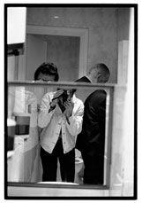 Revista Ojos Rojos. Javier Campano pertenece a la generación de fotógrafos que surge en un vital Madrid de finales de los años 70. Él mismo nos cuenta en primera persona como vivió aquellos agitados años y su largo recorrido a través de la fotografía. Autoretrato