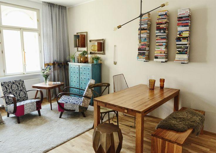 Dominantou obýváku jsou dvě křesla. Za povšimnutí stojí také neviditelné police na knihy a židle ve stylu glamour.
