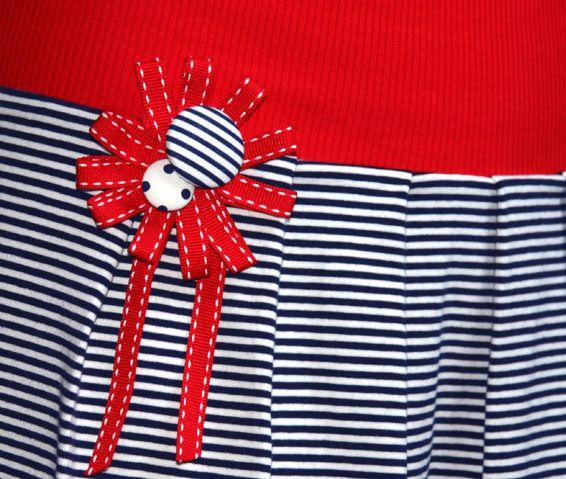 Superbequemes Shirt-Kleid im Marine-Stil für beschwingte Sommertage in der City und am Meer :-)  Das Oberteil ist locker geschnitten und hat einen extra tiefen V-Ausschnitt.  Sieht auch toll...