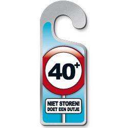 Deurhanger 40 jaar -  Een grappige metalen deurhanger! Tekst: 40 Niet storen doet een dutje!   www.feestartikelen.nl