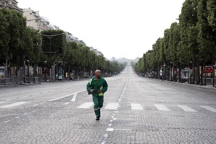 Seul Two de Eric Judor - 2008 - Gervais, policier médiocre rêve d'arrêter Curtis, cambrioleur futé. Il se retrouve tous les deux seuls dans un Paris désert. - Sur les Champs-Élysées -