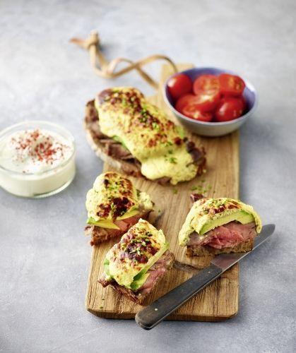 Rezept für Roastbeef auf Dinkelbrot: Stulle zum Abendbrot? Ja, aber mal ganz anders! In knapp 10 Minuten bereitet ihr dieses Deluxe-Sandwich aus Roastbeef vom Metzger, Avocado und Magerquark auf Dinkelbrot zu. Dazu gibts süße Kirschtomaten.