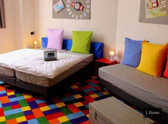 Funkey hotel heeft zijn naam niet gestolen: een heel kleurrijk hotel met een leuk concept, spelletjes, life sport op groot scherm en een vriendelijke service. Elke kamer heeft een spel als thema: iets wat je nog niet meegemaakt hebt. Bovendien krijg je bij aankomst een gsm waarmee je onbeperkt kan bellen in de stad!