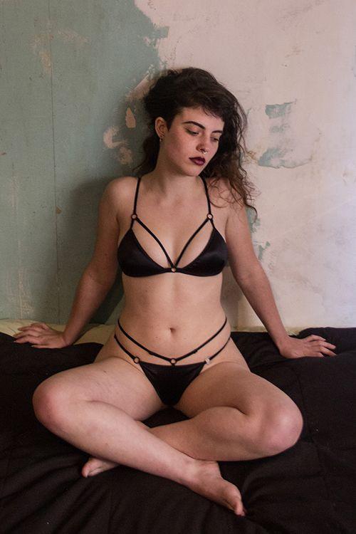 Raven es osada, ama el negro por sobre todas las cosas. Tiene predilección por lo oscuro y sensual. Este conjunto es poderoso,tiene un pequeño relleno de suave espuma, que modela tu busto en conjunto con la tira del escote, que acentúa las curvas de tu cuerpo, junto con la tela de satén, suave y brillante. Atrévete a ser Raven.