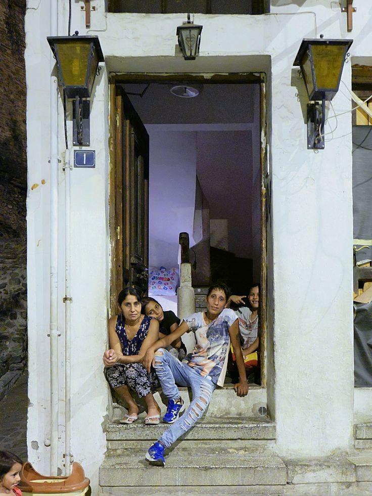 Μέλη οικογένειας Ρομά, στην είσοδο του σπιτιού τους (Σεπτέμβριος 2016)