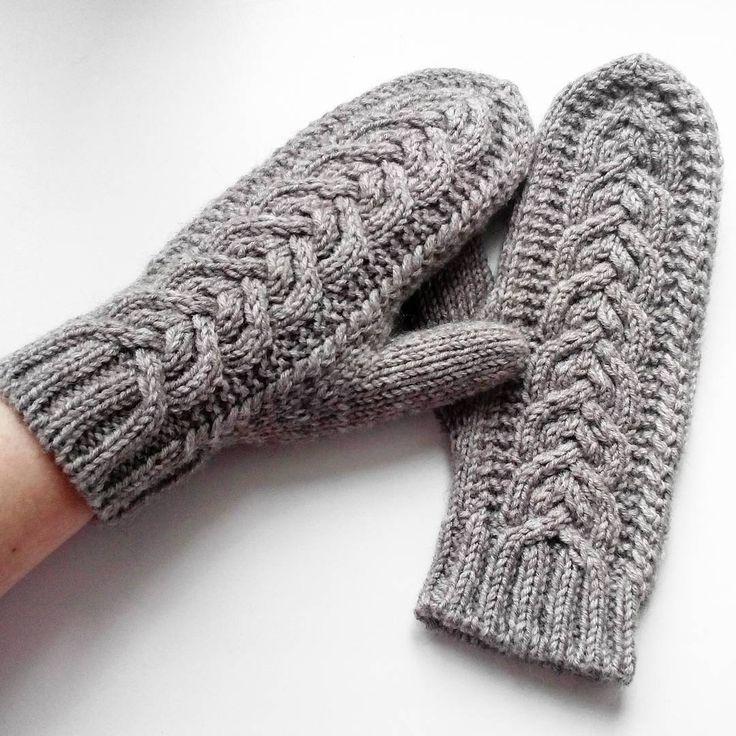 """А так варежки выглядят на руке. Под названием """"анатомический палец"""" как показала практика, каждый подразумевает что хочет, поэтому я скажу,  что  палец вывязан клином, так думаю будет правильнее и  понятнее . Сидят на руке очень удобно.  #вяжутнетолькобабушки #вязание #вязаныеварежки #вязаниеспицами #knit #knitting #i_loveknitting"""