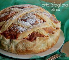 Torta sfogliata alle mele soffice e friabile. Dolce senza burro composto da una soffice e semplice torta di mele racchiusa in un involucro di pasta sfoglia