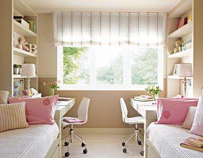 Mobiliário neutro e detalhes em rosa.  Um quarto para duas irmãs.: