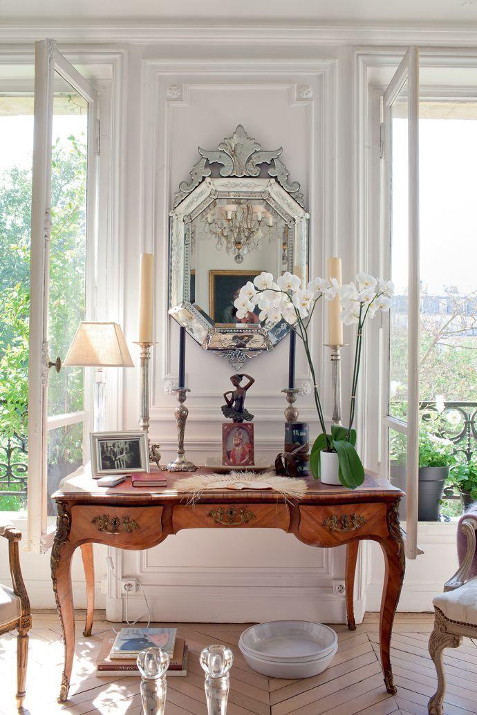 Французские интерьеры: 80 роскошных идей для аристократов и просто ценителей прекрасного http://happymodern.ru/francuzskie-interery/ Антикварное зеркало, свечи, статуэтки, графины, рамки для фотографий в французском стиле