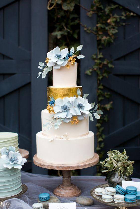 Pastel de boda con bordes rectos con metalizado