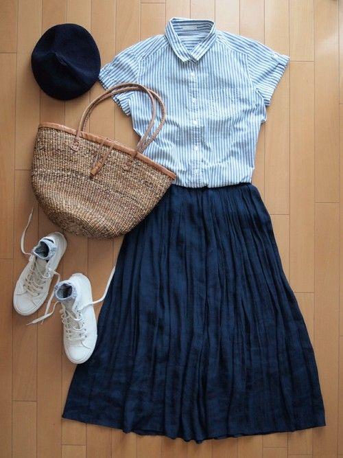 ストライプシャツとホワイトスニーカーがさわやかな大人の夏コーデ。 ネイビーのロングスカートはどんなコーデにも合わせやすく、軽やかで清涼感も抜群です!