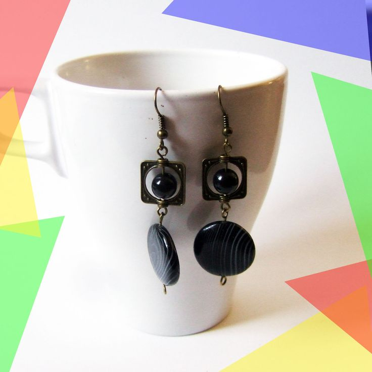 Boucles d'oreilles pendantes perle plate noire et perle couleur bronze : Boucles d'oreille par melelo-bijoux