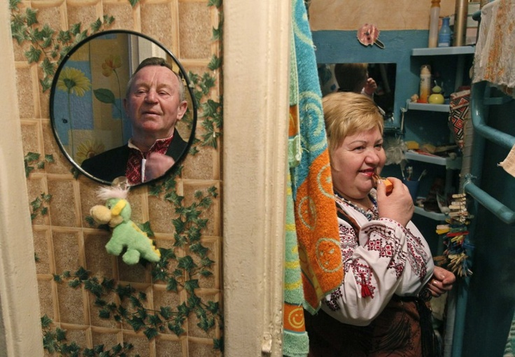 Kiew, Ukraine, von Gleb Garanich/Reuters, publiziert am 3. März 2013    Der 75-jährige Mykola Milevsky (links) und die 58-jährige Natalia Stolyarenko bereiten sich in ihrer Wohnung in der ukrainischen Hauptstadt Kiew auf einen Tanzabend in einer nahegelegenen Straßenunterführung vor. Es ist die einzige Möglichkeit für sie, mit Gleichgesinnten zusammenzukommen - ein reguläres Tanzlokal wäre zu teuer. Vor vier Jahren hat sich das Paar ebendort beim Tanzen kennengelernt.