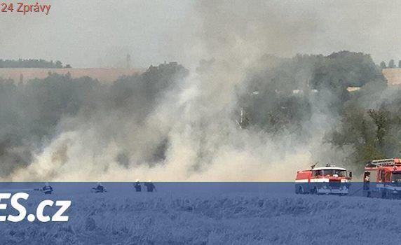 Na Kolínsku hořelo rozsáhlé pole, hasit přiletěl i vrtulník