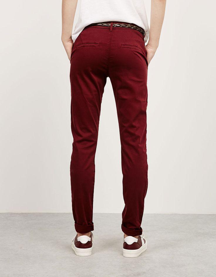 Pantalón chino con cinturón - Pantalones - Bershka España