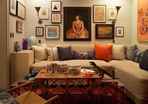 素敵なリビングルームの写真を集めました。くつろげる空間のレイアウト方法のまとめです。心地よいリビングルームを作るポイントは、家具の配置と色の使い方です。 リビングルームは、お家のなかで一番くつろぐ居場所、TVをみたり家族と話したりゆっくり自分の時間を過ごす居場所です。疲れの癒せる、心地よい空間を作りたいです。 小さな空間を大きなソファーで埋め尽くす、くつろげるレイアウト方法です。 小さなスペースなら、あえていろいろな家具を配置することはせずに、シンプルに大きなくつろげるソファーだけ。これだけで、くつろぎの居場所になります。 L字ソファーでも、I字ソファーでもOKですが、ポイントは大きくてゆっくりできるソファーをチョイスするところ。 空間のほとんどが、ソファーで埋め尽くされてしまう感じでも、プライバシーな空間になって心地よいです。 他の家具は配置しない分、壁全面を利用してデコレーションすると、自分の空間ができあがります。 狭いスペースに配置するコーヒーテーブルは、足が空いていてテーブルの下に空間のあるものが、お部屋を広くみせます。…