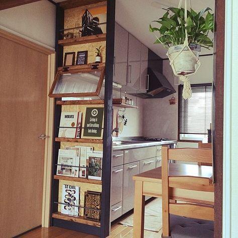 女性で、3LDKのセリア/リメイク鉢/セリアフレーム/鉄筋/目隠しシェルフ/男前…などについてのインテリア実例を紹介。「キッチン横にキッチン丸見え防止の棚を作りました。ブックシェルフの棒は鉄筋を使い、かっこよさアップ♪」(この写真は 2014-07-05 16:39:01 に共有されました)
