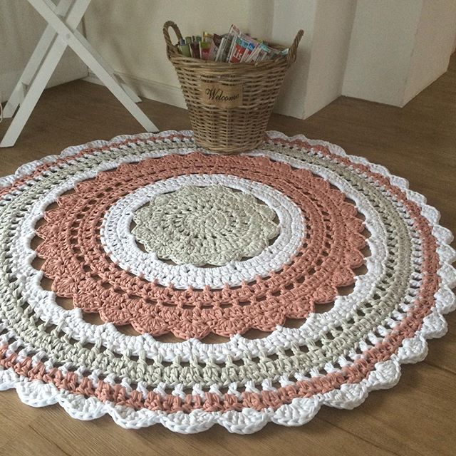 Ein dreifarbiger Teppich ist auf Kundenwunsch entstanden ❤️ @zaubergaudi #häkeln #crochet #kinderzimmer #kinderzimmerdeko #kidsroom #babyroom #momtobe #häkelteppich #hoooked #tshirtyarn #instacrochet #crochetlove