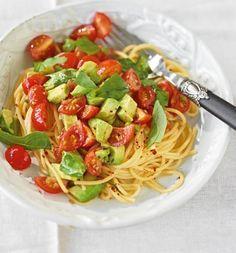 Avocado-Tomaten-Nudeln: Avocado schmeckt auch warm hervorragend und mit Tomaten und Spaghetti zusammen sowieso.