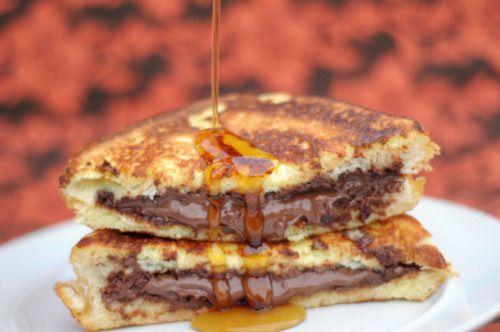 Μια συνταγή για ένα πολύ γρήγορο σοκολατένιο τοστ στο τηγάνι με Nutella με μέλι ή σιρόπι σφενδάμου. Απολαύστε το όλες τις ώρες μικροί και μεγάλοι.