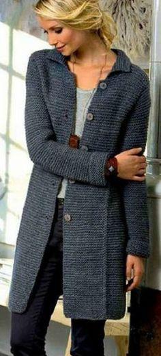 Стильное пальто связано спицами №5 и №6 платочной вязкой.