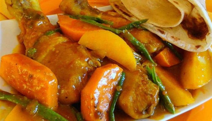 Surinaams eten – Roti Drumsticks Speciaal (Sandhia's roti met drumstick, aardappel, zoete aardappel en kousenband)